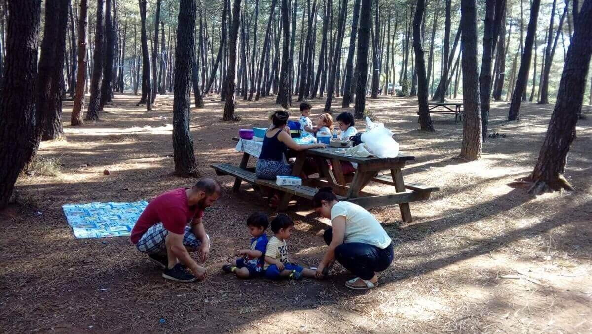 Aydos Ormanında Piknik yapan çocuklu aile