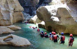 Köprülü kanyon trekking ve rafting yapan insanlar