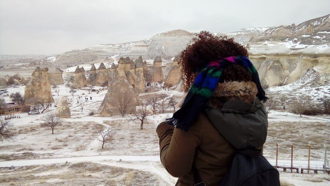 Kapadokya manzarasını izleyen kız.